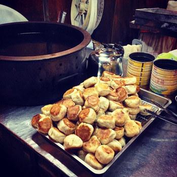 中華なら、蒸した小龍包といきたいところですが、台湾ではこちらがスタンダード。表面をカリッと焼いた小ぶりな肉まん『水煎包(スェイジェンバオ)』です。