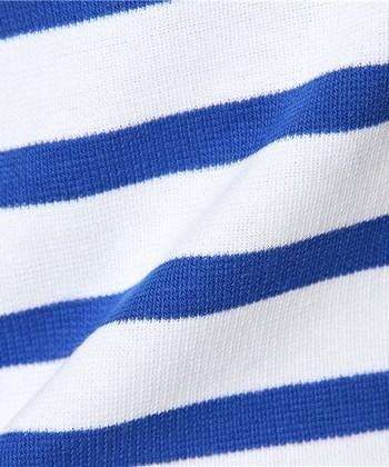 ブランドを象徴するラッセル生地は、一般的なカットソー地に比べて非常に多くの糸を使った複雑な構造になっています。 フランス国内に数台しかない縦編み機で時間をかけて編まれているため、大量生産することはできません。フランスの歴史が紡がれているオーシバルのセーラーTシャツは、それだけに特別なものとして価値があるのです。