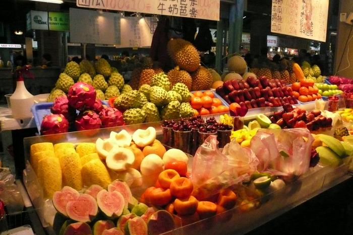 南国台湾は、トロピカルフルーツの宝庫です! 夜市はもちろん、街の至るところに色とりどりのフルーツのお店が軒を並べています。