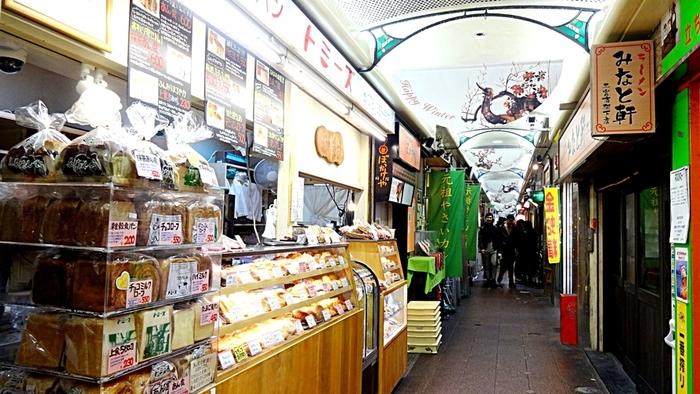 三宮から元町の高架下には、飲食店や洋服屋がひしめきあいます。 阪急・神戸三宮駅を出てほどなく見つかるのが、小さなお店トミーズ。 ここは、あん食パンで有名なんですよ。