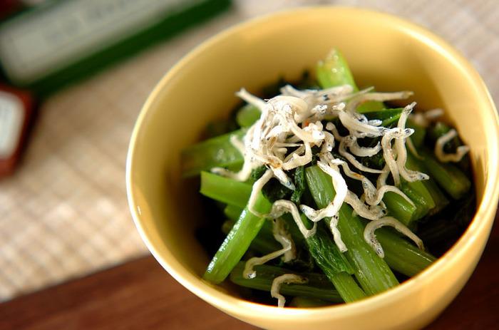 小松菜のおひたしに、さらにひと手間を。 じゃこがはいるだけで食べ応えのある一品になります。