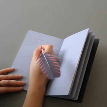 4色展開のこのノートは、シンプルな表紙を開くと中のページが白ではなく、表紙と同色系の紙になっているんです!さらっと文字を書くだけで、おしゃれに見える嬉しいノートです。