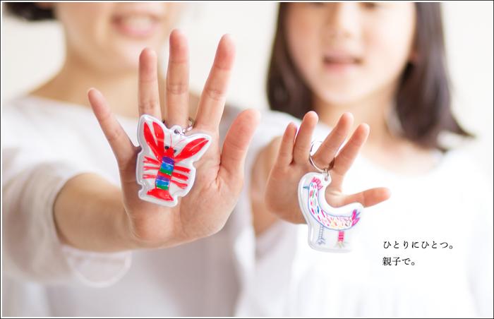 よく使うバッグや持ち物などに親子でつけておきたいリフレクター。機能性だけでなくこの可愛らしくしかも斬新な発想のデザインは、これまで行われてきた「ちびっこデザイナー大募集!」の大賞作品を実際に製品化したものなんです。