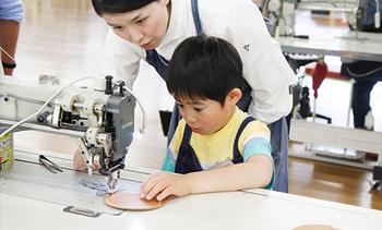 体験は、実際に職人さんに教わりながら、ミシンを使ったり、工具を使ったりして世界に1つだけの手作りの革製品を作ります。