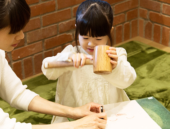 他にも土屋鞄製造所では「ものづくりの楽しさを、親子で一緒に」をテーマに「まいにちWORKSHOP」が、定休日をのぞく毎日、各童具店で開催されています。