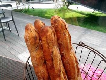 敷地内にはたくさんお店がありますが、中でも絶対に立ち寄りたいのは、パン好きの間で話題のベーカリー、pour-kur(プルクル)。バケットが特におすすめです。お天気の良い日には甘いパンを、コーヒーと一緒にテラス席で。