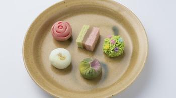 季節の京菓子と伝統工芸の匠の技を展示するスペースを併せ持つ、『京都茶寮』は京都駅ビルの2階にあります。 老松、笹屋伊織、亀屋良長、千本玉壽軒、二條若狭屋などの老舗5軒の上菓子と丸久小山園の厳選された宇治茶が楽しめる、京都のエッセンスが凝縮されたギャラリーカフェ。