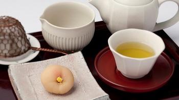 生菓子は日持ちがしないため、現地でしか味わえないところも魅力。もちろん、お茶菓子は毎月変わります。 四季折々の都の薫りを詰め込んだ生菓子と美味しい日本茶のセットで、京都の旅を締めくくってみては?