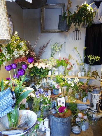 かわいらしいお花と、オーナーさんが丁寧に選んだセレクト雑貨が、店内に絶妙な配置でディスプレイされています。一歩踏み入れるだけで、「かわいい!」と思ってしまうこと、間違いなしです。