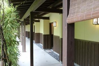 「野の香(ののか)」は指宿の山あいにある家族湯の温泉施設。全8室で全ての部屋に露天風呂・内風呂・休憩室が完備されています。