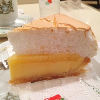 パイっぽくないレモンパイも健在。甘いレモン風味カスタードとふわふわのメレンゲのコンビネーションは安定の美味しさ。ざっと30年くらい前、子供の頃に頂いたのを覚えているくらいの、京都人にとっては変わらない味なのです。 その他、『ナポレオン』や『モンブラン』、『季節のタルト』など、甘い誘惑が多数。 オリジナル珈琲『アラビアの真珠』をオーダーすると、「ミルクとお砂糖はお入れしてよろしいですか?」と聞かれます。 ここは「はい!」と答えるのが京都風。 帰る前の美味しいひと時をお楽しみあれ!