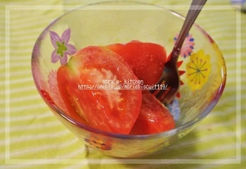 トマト入りのジューシーな小籠包♪ 豚肉とトマトは相性ぴったりですよね。