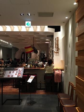 『スバコ・ジェイアール京都伊勢丹』は、京都駅ビルの2階、中央口と新幹線八条口を繋ぐ南北自由通路にあります。こちらの3階に在るのが、午前11時から昼酒やランチを楽しめる『フィゲラス スバコ店』。 ちょこっと立ち寄れる本格的なバールです。