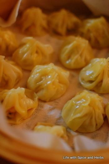 『モモ』はネパールの餃子や小籠包に似た料理です。見た目も似てますね。 ターメリックやクミンなどを使ってカレー風味の味付けです。
