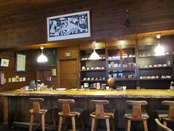 手作業で選りすぐった珈琲豆のみを使用する、こだわりの自家焙煎コーヒー店。盛岡市内には、本町通の本店のほか、菜園の「HATAYA demi」の2店舗があります。