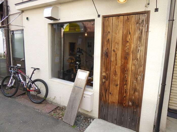 地元で「桜山さん」と呼ばれ親しまれる、盛岡城跡公園すぐそばの桜山神社。神社の目の前、城跡のお堀に囲まれた閑静な商店街には、新しいカフェやバーが軒を連ねます。「自家焙煎珈琲 六月の鹿」もそのひとつ。