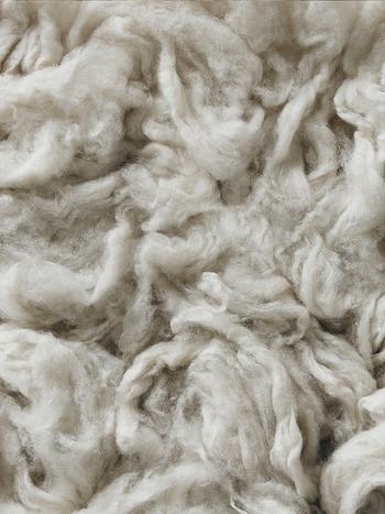 ニュージーランドメリノは、強い夏の日差しで黄色化する前に刈り取られるため、自然な白さが際立ちます。白い羊毛は美しく染め上げることができ、落ち着きのあるカラーリングを表現することができます。また、長さと強さにも優れており、スムースな肌触りの良さを体感することができます。