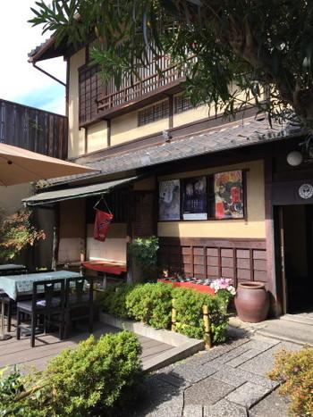 せっかく京都に来たなら、最後は和菓子が頂けるお店で締めくくりたいという方におススメしたいのが、三十三間堂の前にある『七條甘春堂 三十三間堂前店』。創業1865年という老舗の和菓子屋さんです。 靴を脱いでから上がる純和風の作りの喫茶では、和菓子とお抹茶などのスイーツの他、お赤飯御膳といったランチも頂くことができます。