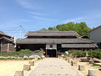 手作業で、良質なお酒造りをされている、小豆島唯一の酒蔵である森國酒造さんの手がけるカフェ&バーです。 築70年の佃煮工場を生まれ変わらせて作られました。