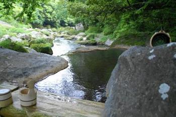 渓流をもっと間近に感じたいなら、野天風呂「椋の木」も利用してみましょう。女性は朝または夕方以降に混浴での利用となりますが、湯浴み着があるので大丈夫。野趣あふれる温泉をぜひ楽しんで。