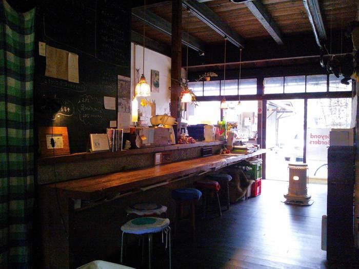 カフェの中はほんのり暗め。電球の明るさが、ゆったりするのには調度良いんです。