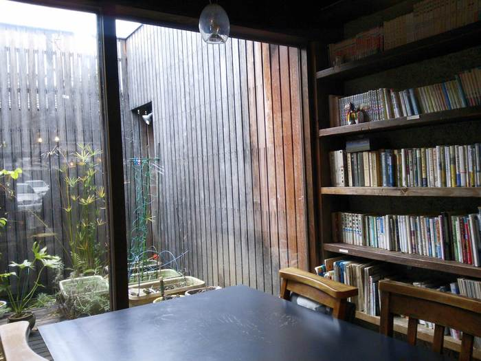 窓から見えるお庭を見ながら、本棚の本をそっと片手に。時がゆっくり流れていくような不思議な感覚を「雨林舎」で体感してみて♪