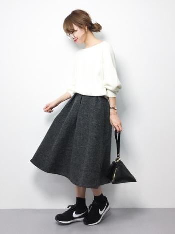 ふんわり袖の可愛いニットにフレアスカートを合わせたガーリースタイルもモノトーンなら甘くなりすぎずに大人でもトライできますね。小物を変えると何通りにもアレンジが可能です♪