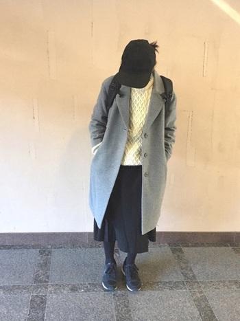 チェスターコートはきれいめ以外にも、ラフな大人カジュアルにもぴったり。黒のリュックやキャップでメンズライクなコーディネートです。