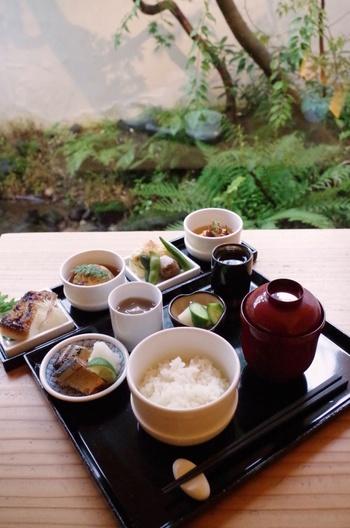 ランチにいただきたいのは、OKUのおばんざい。4種類のおばんざいと、ご飯、汁物、デザート付きです。旬の素材を使ったお料理は、京らしい味付けでとても贅沢な味わい。