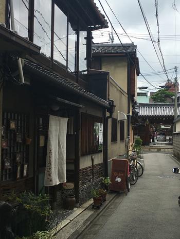 京都らしい石畳の道を進み、さらに細い路地を入る、という隠れ家のようなお店。京都で生まれ育ち、京都を愛する店主さんが京都の魅力を伝えたいとオープンされたカフェです。