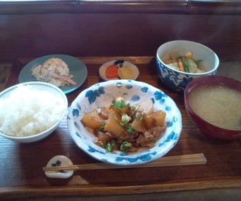 ランチは、メインのお魚とお肉に、おばんざいの小鉢がついたもの。京のおばんざいを意識した副菜は、お豆腐やおあげさんを使った体に優しい定食です。8時~11時までは朝食メニューも食べられます。