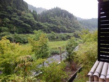 個室の多くは天降川に面しています。内風呂でも窓を開ければ露天風呂気分を楽しめますよ。