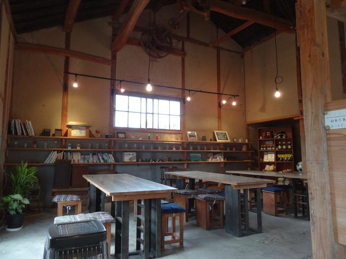 古民家を改修して作られたカフェは、とても温かみの感じられる空間です。 同時に高い天井が開放感をも感じさせてくれます。 木の椅子やテーブルがほっこりとした雰囲気とよくあっていますね。