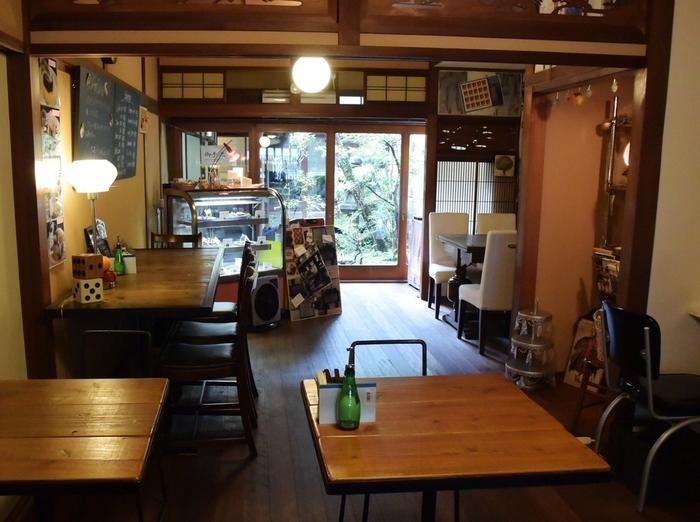 オーナーのコレクション家具が店内を飾り、美しく落ち着いた大人空間を演出しています。