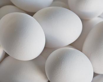 生地作りの前の簡単なポイント、それは材料をしっかり計量したり、卵黄と卵白を分ける、粉をふるうなどの基本的な工程をていねいに行うこと。また、メレンゲ用の卵白は泡立ての直前まで冷蔵庫で冷やしておくのがコツ。温かいと、キメが粗くなってしまいます。