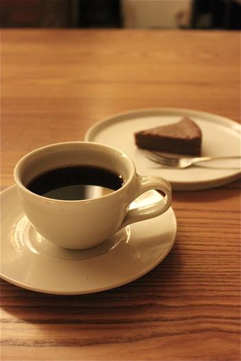 落ち着いた光が零れる店内で、静かにマスターのコーヒーを淹れる様子を眺める。 体をスッポリと包み込んでくれるソファにゆったり腰掛けて、マスターの淹れる京都で一番美味しいと名高いコーヒーを堪能する。 そんなひと時が日常を忘れさせてくれる、素敵なカフェです。