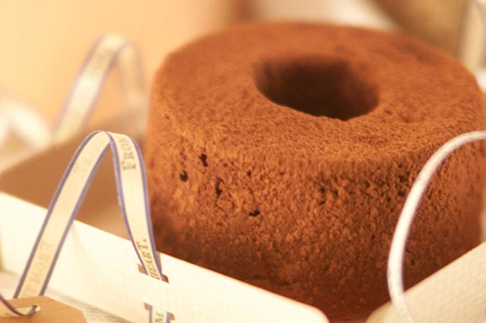 チョコレートの豊かな風味が味わえる、チョコ好きにおすすめのふわふわシフォンケーキ。仕上げに、ココアをふって、さらに魅惑的な香りに♪