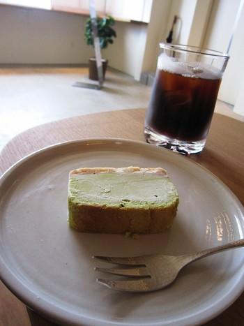 コーヒーも然ることながら、ケーキも絶品です。 煎茶チーズケーキはしっとりとしているのに重くなく、フワッと溶けて、口の中にお茶の風味が広がります。