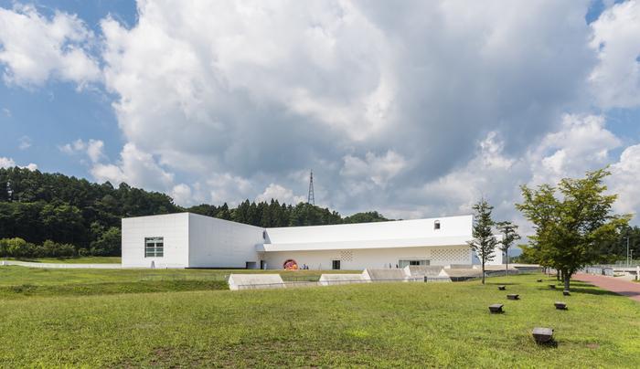日本最大級の縄文集落跡・三内丸山遺跡の隣に立つ「青森県立美術館」。遺跡の発掘現場から着想を得て設計された建物は、青木淳氏によるもの。縄文と現代が融合するとびきりアートな空間です。
