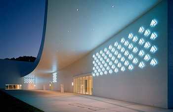 """太陽が沈むころ、暗闇に出現する""""青森""""。建築の構造はもちろん、細部にまでこだわったデザインは、じっくり見ているとあっという間に時間が過ぎてしまいます。"""