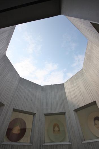 こちらは、見上げると八角形の空が広がる「八角堂」。展示されている作品だけでなく、空間そのものがアート!