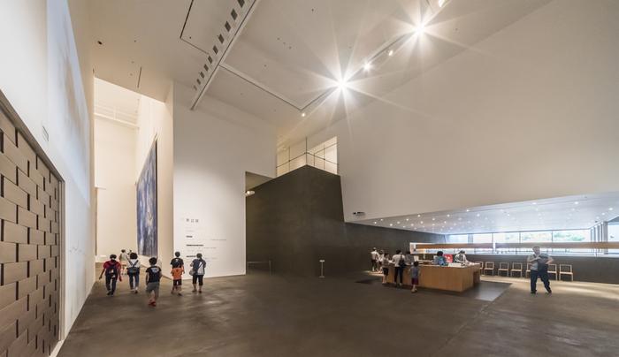 20世紀を代表するフランスの画家マルク・シャガールによる大作「アレコ」も、見どころのひとつ。約9m×15mの巨大絵画は見ごたえがあります。