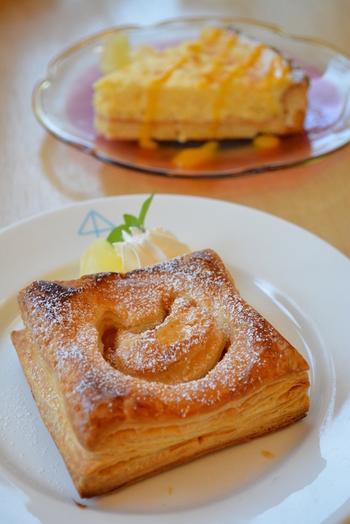 りんごのケーキやパイ、シャーベットなどのスイーツや、青森県産の黒房すぐりを使用したカシスティーなどのドリンクメニューも豊富。