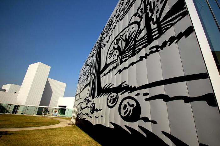 """""""アートを通した新しい体験を提供する開かれた施設""""としてオープンした「十和田市現代美術館」。草間彌生や、ロン・ミュエクなど世界で活躍するアーティストによる常設展示作品が見られます。"""