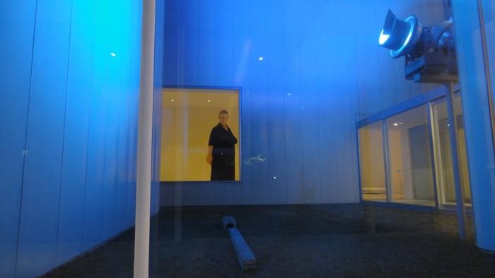 内部の常設展示でとっても有名な作品は、イギリスで活躍するオーストラリアの現代彫刻家ロン・ミュエクによる「スタンディング・ウーマン」。高さ4m近くある女性の彫刻は、とってもリアルに作られていて、見る者を圧倒します。