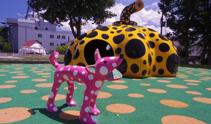美術館の向かい側にある「アート広場」には、思わず一緒に写真を撮りたくなるような可愛らしい作品がたくさん! こちらは日本を代表する前衛芸術家、草間彌生による「愛はとこしえ十和田でうたう」です。