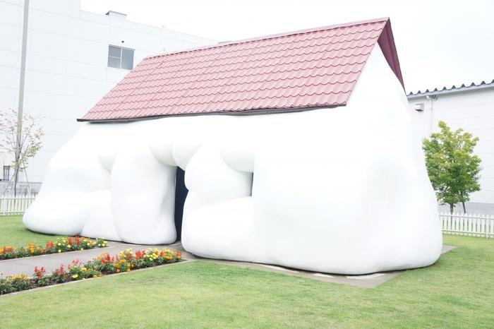オーストリアの作家エルヴィン・ヴルムによる「ファット・ハウス」。隣には同じく太った車「ファット・カー」の展示もあります。ぜひ実際に足を運んで、間近で見てみてくださいね☆