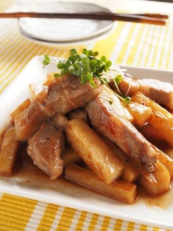 とんかつ用のロース肉を使ったレシピ。細切りにして長芋と炒めることで、ボリュームのある一品になります。長芋の食感と黒酢あんの風味がクセになりそう!