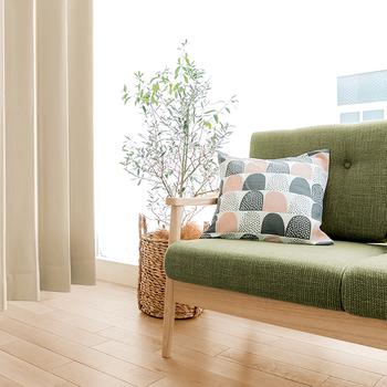 シンプルなカーテンはいつまでも飽きの来ないのがいいところ。家具や他のインテリアとのコーディネートもすんなりできるのがいいですね。