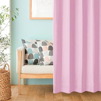 シンプルなカーテンでも、色合いを選ぶとがらりと違った表情に。春を迎えるのに明るい色のカーテンも素敵ですね。